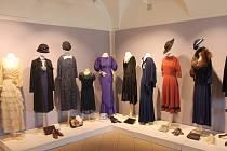 Módu našich babiček a prababiček je možné si prohlédnout v kroměřížském muzeu, kde vystavuje svoji sbírku Zdeňka Mudráková.