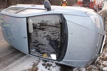Auto převrácené na boku s přední částí v příkopu museli mezi obcemi Rataje a Nětčice ve středu odpoledne vytahovat hasiči.