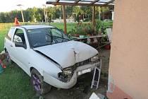 Mladý řidič při nehodě v chropyňské místní části Plešovec nezvládl 24.8. řízení a skončil s autem v zahradě rodinného domu, kde zranil jejího majitele.