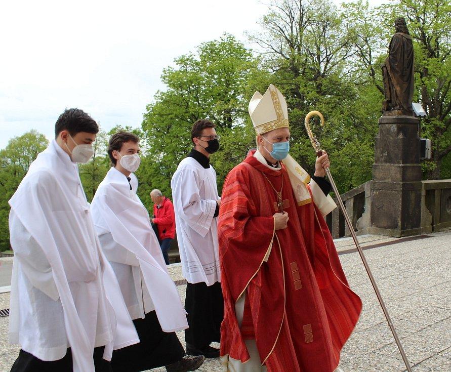 Národní pouť včelařů na Hostýně neochromilo omezení programu ani počtu věřících. Průvod od sochy sv. Ambrože.