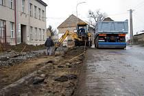 V Šelešovicích dělníci dělají nový, širší chodník ve směru od obecního úřadu až ke hřbitovu.