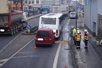 Do autobusu autoškoly nabouralo v Hulíně v ulici Poštovní osobní auto.