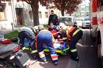 Řidič motorky havaroval ve středu 10. května na Husově náměstí v Kroměříži. Hasiči přispěchali na pomoc téměř okamžitě.