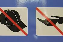 Tyto samolepky vyzývají klienta, aby si sundal čepici či kšiltovku anebo sluneční brýle. Pokud je návštěvník banky neposlechne, pracovníci GE Money Bank mají právo takového klienta neobsloužit.