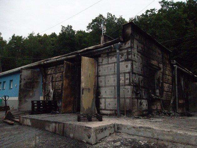 K požáru došlo v pondělí 15. června krátce po sedmnácté hodině v katastru obce Rataje v areálu firmy, která se zabývá výrobou průmyslových trhavin.
