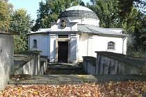 Hrobka rakouské spisovatelky Marie von Ebner-Eschenbach, která se nachází ve Zdislavicích, chátrá. Stejně tak je ve špatném stavu i tamní zámek, ve kterém se například natáčel film Requiem pro panenku.
