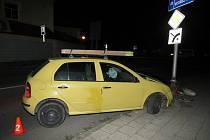 Neslavný konec. Tak by se dalo nazvat vyvrcholení sobotní noční jízdy dvaadvacetiletého mladíka. Ten totiž v Holešově usedl za volant s více než dvěma promile v krvi a naboural dopravní značku.