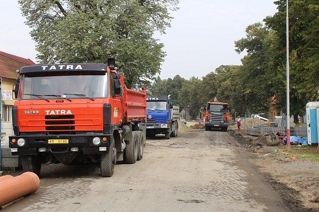 Oprava ulice 6. května v Holešově pokračuje podle plánů, do konce října by tak měla být hotová.