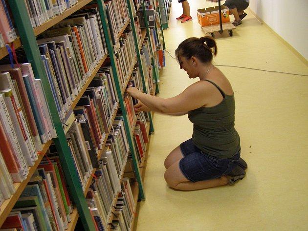 Dvacet let starý povrch z přírodního linolea zvaný marmoleum je pryč: v Knihovně Kroměřížska dokončili opravu podlahy v oddělení pro dospělé čtenáře a dělníci místo starého povrchu položili nový. FOTO: MÚ KROMĚŘÍŽ