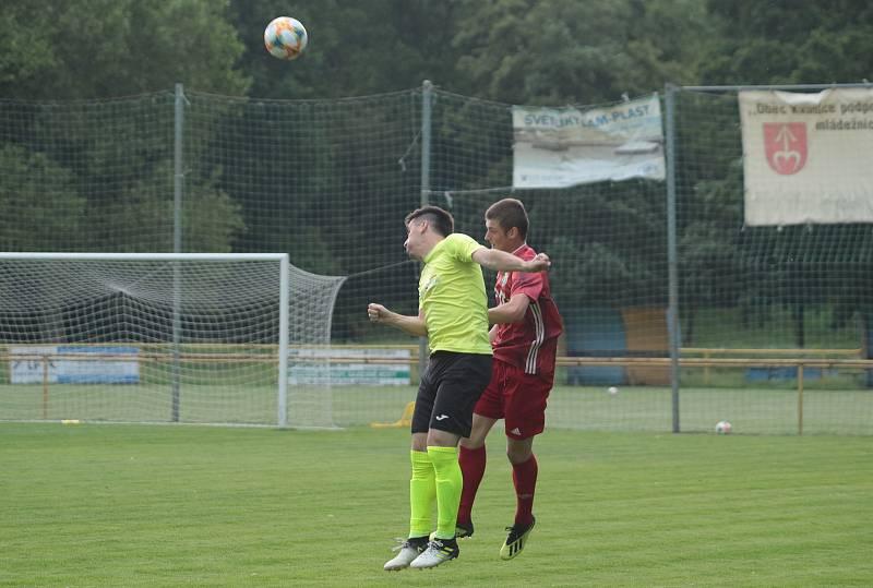 Fotbalisté Kvasic (v červených dresech) v přípravném zápase remizovali s divizními Skašticemi 3:3.