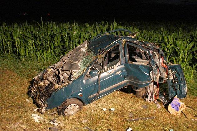 Tragická havárie auta u Rymic, tři mladí lidé zemřeli na místě, čtvrtý utrpěl těžké zranění.