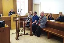 Soudní přelíčení se starostkou města Chropyně Věrou Sigmundovou. (na snímku v první řadě zleva)