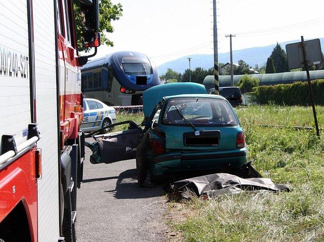Při srážce vlaku s autem v Bystřici pod Hostýnem zemřela spolujezdkyně, další dva lidé jsou zranění.