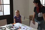 Jednu ze staveb Květné zahrady malí umělci zasadili do své představy pomocí přírodních materiálů, barev a rodičů.