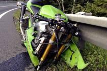 V rozmezí půlhodiny a na úseku dlouhém jen pár kilometrů v neděli na silnici v Buchlovských kopcích neplánovaně skončili svou jízdu čtyři motocyklisté.