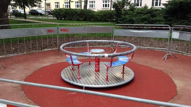 Dětské hřiště v Bezručově parku v Kroměříži má nové atrakce. Vyměněný je i oblíbený dětský kolotoč.