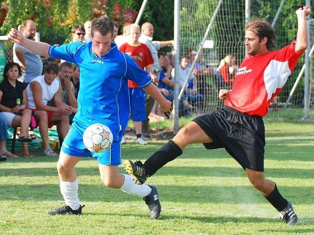 Hráči Němčic (v červeném) zachránili remízu se Záhlinicemi až dvě minuty před koncem.