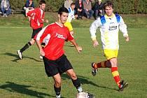 Hráčům Němčic (v červeném) nepřerušily domácí vítěznou sérii ani Martinice.