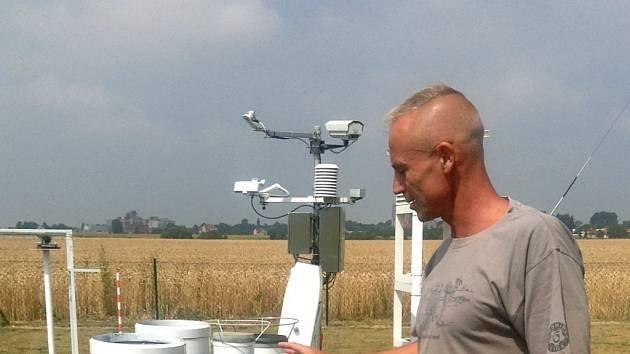 Na Meteorologické stanici v Holešově se počasí sleduje a zaznamenává šedesát let.