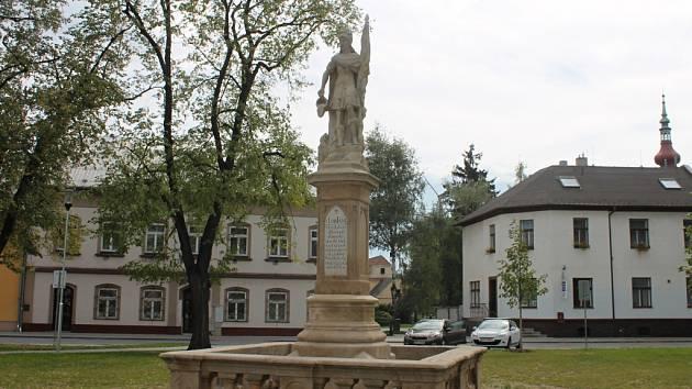 Pod rukami zkušeného restaurátora prošla socha svatého Floriana, která je umístěna na náměstí Míru v Hulíně.