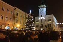 V Kroměříži rozsvítili ve čtvrtek 24. listopadu na Velkém náměstí letošní vánoční strom.