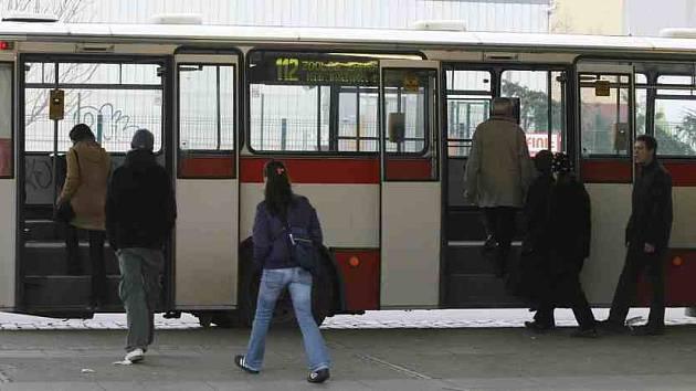 Nové autobusy městské hromadné dopravy pořídily Kroměřížské technické služby z prostředků Evropské unie.