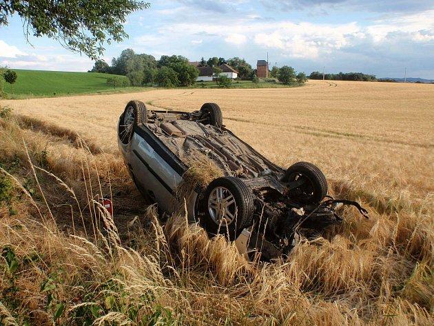 K nehodě, při které řidič narazil do stromu a vůz zůstal převrácený na střeše, došlo kolem sedmé hodiny večer nedaleko Bařic - Velkých Těšan.