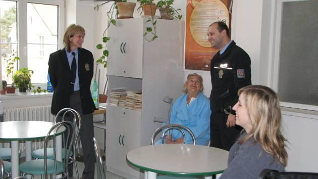 Do kroměřížské nemocnice přijeli ve čtvrtek 12. března 2009 pobesedovat s pacienty interny kroměřížští policisté. Popovídali si s nimi mimo jiné na téma bezpečnost v dopravě.