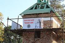 Staronovou zvonici v holešovských Všetulích staví členové spolku Všetuláci sobě svépomocí. Hotová by měla být do 23. června, kdy chtějí do Všetul vrátit také Hanácké právo.