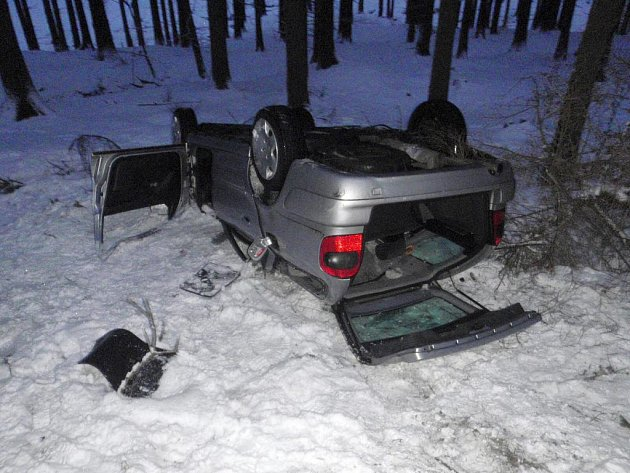 Havárii osobního auta zn. Citroen Xsara pod kopcem Tesák u Chvalčova.