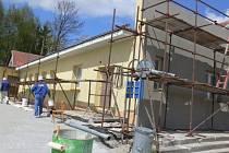 Dělníci v těchto dnech pracují na poslední etapě opravy kulturního domu v Nětčicích. Zahrnuje zateplení objektu a novou fasádu.
