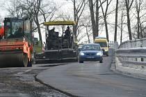 Oprava hlavního silničního tahu přes obec Osíčko na Kroměřížsku se o měsíc protáhla.