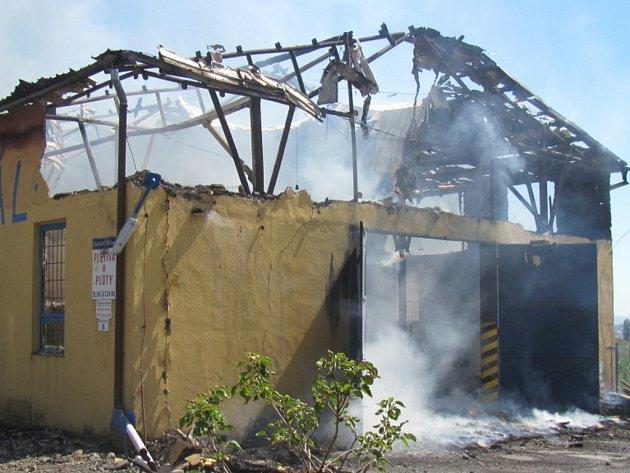 Střecha výrobní haly byla plameny kompletně sežehnuta. Po lokalizaci požáru zůstaly objektu jen obvodové stěny.