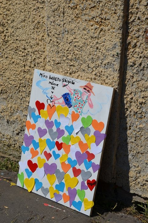 V uličce u holešovského zámku se opět malovalo.