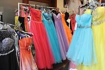 Blíží se plesová sezona. Lidé si mohou šaty vypůjčit ve specializovaných salonech.