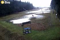 Aktuální situace na svazích Ski areálu Troják podle webových kamer ve čtvrtek 17.12. odpoledne.