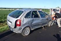 U drsné dopravní nehody museli v pondělí 19. června zasahovat profesionální hasiči poblíž kroměřížské místní části Kotojedy. Na střeše tam se svým autem skončila řidička, kterou pak museli ošetřit záchranáři.