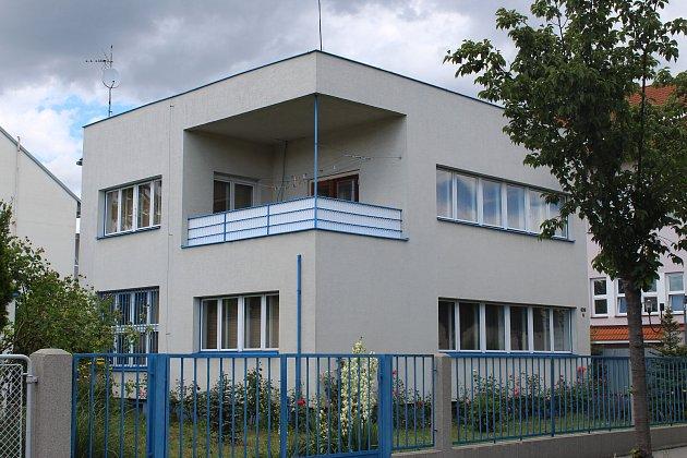 Přestože prošla funkcionalistická vila malíře Eduarda Světlíka několika změnami, záměr architekta je stále zřetelný.