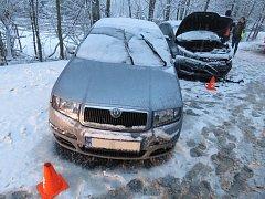 Na kluzké a zasněžené silnici bourali ve středu 7. února řidiči například v Kroměříži, Bystřici pod Hostýnem, Chropyni, tamní části Plešovec (na snímku), Holešově, Tetěticích nebo u kroměřížské místní části Trávník. Na střechu se přetočilo auto mezi Olšin
