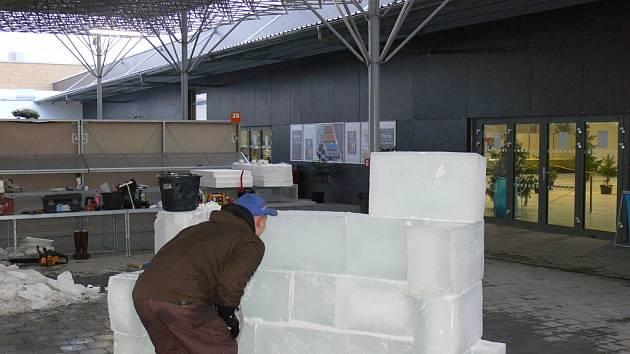 Výstaviště Floria bude zdobit ledová socha. Bude mít podobu perníkové chaloupky a na její realizaci se podíleli čtyři sochaři.
