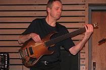 V sobotu 20. února 2010 v holešovském New Drive Clubu na zámku vystoupil jazzový klávesista Martin Kratochvíl spolu se svou dřívejší kapelou Jazz Q, kterou asi před pěti lety obnovil.