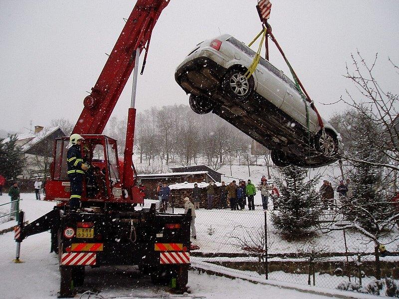 Pomoc hasičů po nehodě v obci Rusava.