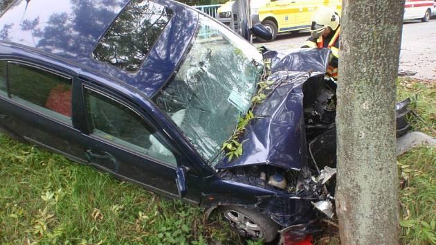 V Bystřici pod Hostýnem skočilo auto po nárazu v příkopu