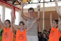 Zasportovat a zazpívat si přišlo do tělocvičny I. Základní školy v Holešově téměř 300 dětí.