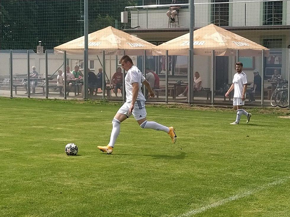 Fotbalisté Holešova (v bílých dresech) porazili zlínské mladíky 5:2.