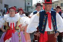 V Hulíně obnovili po čtyřiceti letech tradici krojů. Starostou bylo krojovaným předáno Hanácké právo
