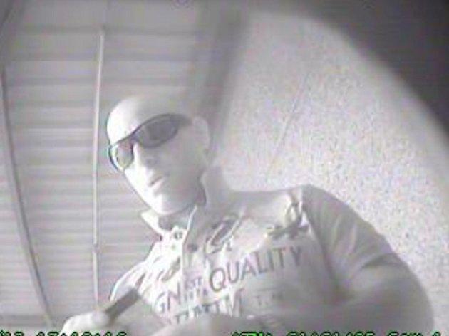 V souvislosti s majetkovou trestnou činností žádá policie veřejnost o pomoc při ztotožnění člověka na snímcích.