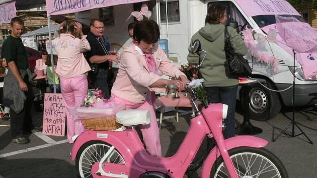 Na Hanáckém náměstí v Kroměříži odstartovali vytrvalostní jízdu mopedů a malých motocyklů nazvanou 24 kol Kroměříže 2008.