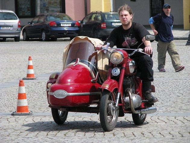 V neděli 18. května 2008 se na Velkém náměstí v Kroměříži sjeli veteráni.