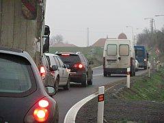 Jednou z dopravních nehod během čtvrtečního rána byla havárka osobního auta u Jarohněvic. Řidič nezvládl řízení na namrzlé silnici a dostal smyk.